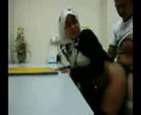 Арабская шалава трахается раком на камеру