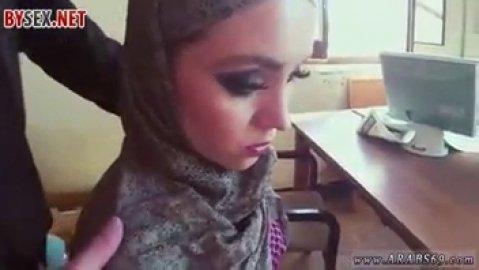 Красивая арабская девушка делает минет за деньги