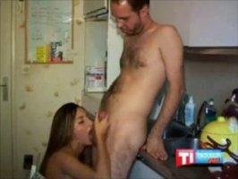 На кухне раком араб трахает свою ненасытную жену
