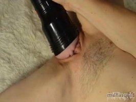 Азербайджанка мастурбирует прибором красивую письку