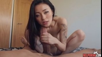 Во время секса с киргизкой ее друг кончает глубоко в бритую письку
