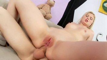 Похотливая блондинка занимается анальным сексом