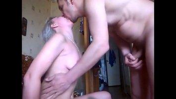 Зрелую блондинку русский парень ебет раком и кончает ей в пизду