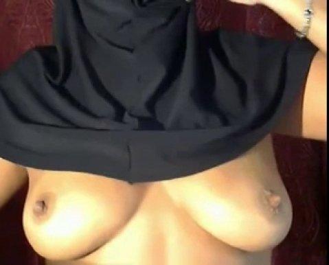Арабская девушка в хиджабе радует своей фигурой