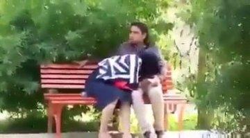 Мужик в парке на лавочке уговорил арабку отсосать его хуй