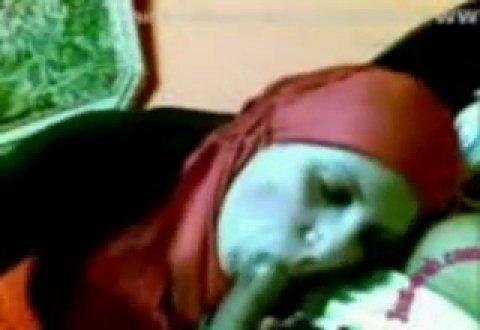 Мусульманка с платком на голове старательно ублажает своего хорошего знакомого