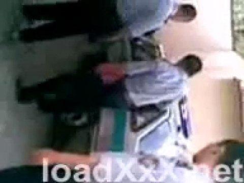 Полиция Казахстана снимает голую казашку, которая залезла в их машину