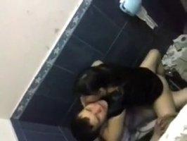 В туалете молодые казахи занялись красивым секом