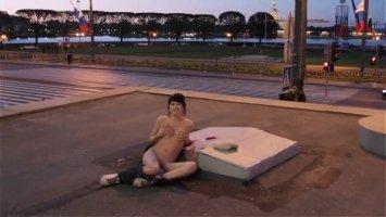 Зрелая русская блядь после прогулки начала мастурбировать свою пизду