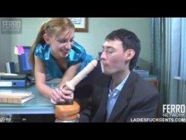 Симпатичная таджичка трахает своего парня в жопу самотыком