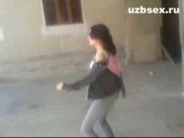 На улице узбечка снимает трусы и становится раком для секса