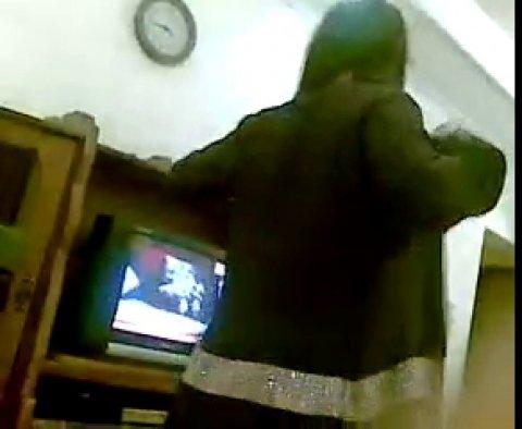 Узбечка танцует и раздевается