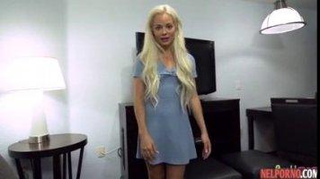Узбек трахает знаменитую блондинку в шортах