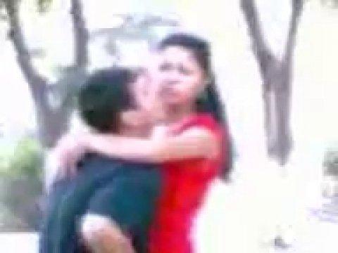 Узбек уломал свою подругу заняться сексом в парке на людях